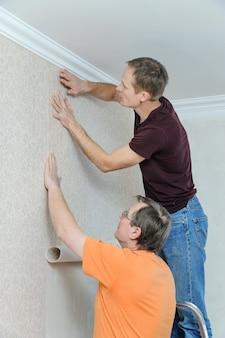 Colagem de papéis de parede em casa.