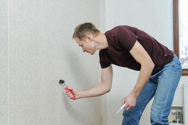 Colagem de papéis de parede em casa