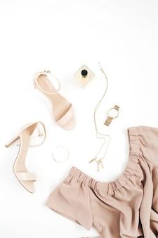 Colagem de roupas e acessórios da moda feminina em branco