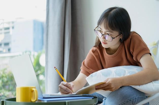 Colagem estudante feminino lendo e pesquisando o livro de formulário.