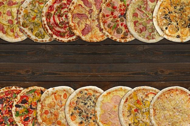 Colagem horizontal de diferentes pizzas assadas no fundo escuro de madeira