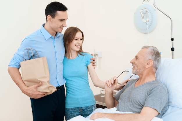 Colagem, par jovem, visite, parente, em, hospitalar