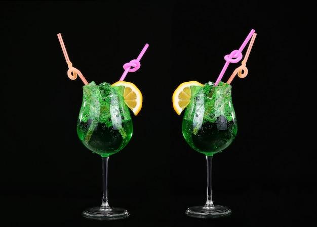 Colagem piggelin drink, composta por vodka, licor de melão e refrigerante de limão e limão. no preto