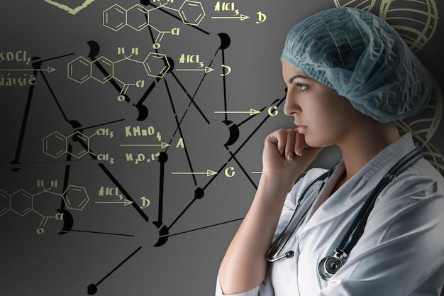 Colagem sobre temas científicos. jovem médica em pé sobre fundo cinza. conceito de conexão sem fio global e cientistas de pesquisa