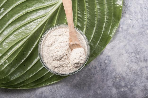 Colágeno em pó em vidro. suplementos de colágeno podem melhorar a saúde da pele, reduzindo rugas e ressecamento.