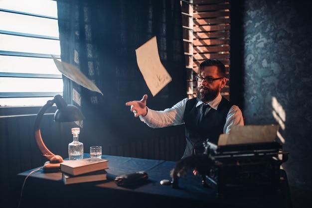 Colapso nervoso, escritor joga texto manuscrito