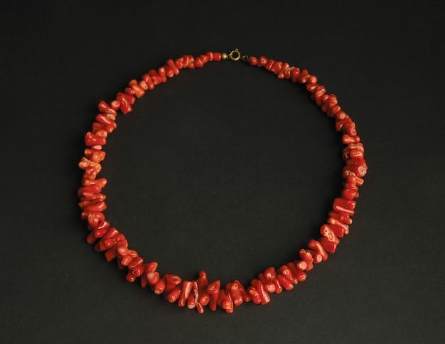 Colar antigo antigo de pedras vermelhas em fundo preto. joias vintage da ásia central
