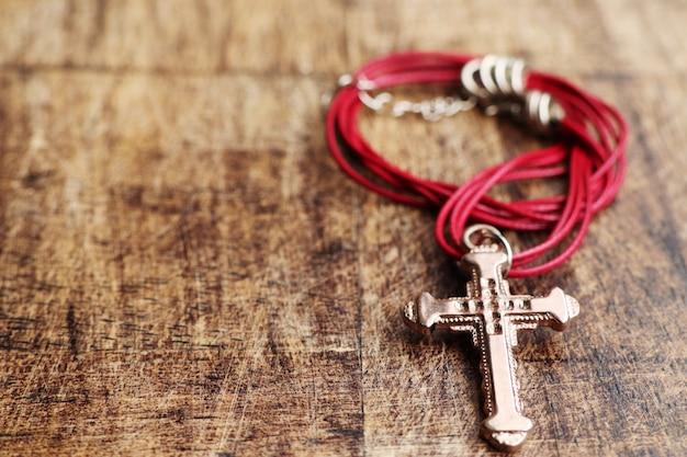 Colar de couro símbolo cruz
