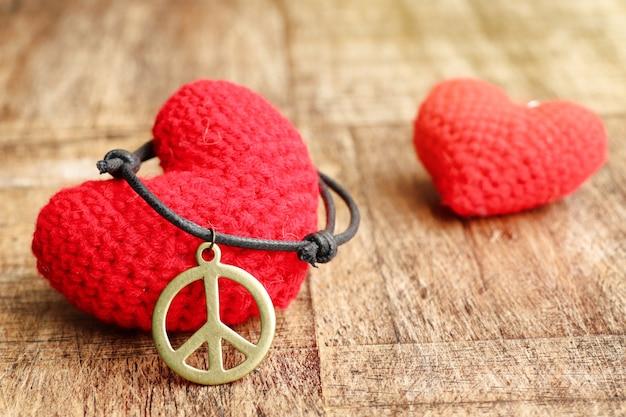 Colar de couro símbolo de paz