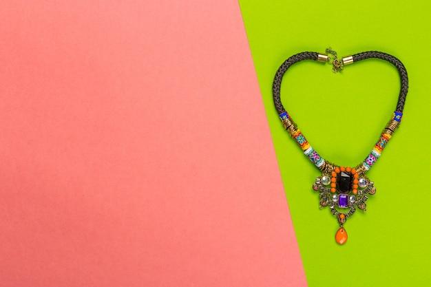 Colar de joia em um fundo bicolor brilhante, vista superior