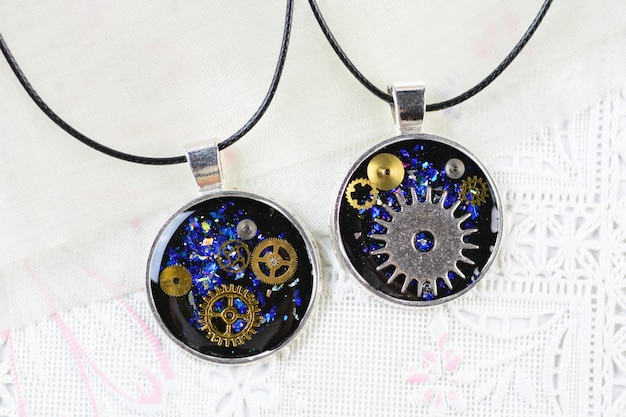 Colar de pingente de estilo punk a vapor, colar de resina multicolorida, pingente de resina com rodas dentadas e relógio