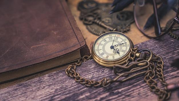 Colar de relógio com livro diário