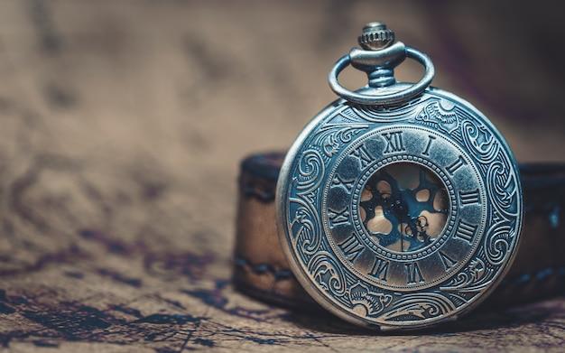Colar de relógio de metal gravado vintage
