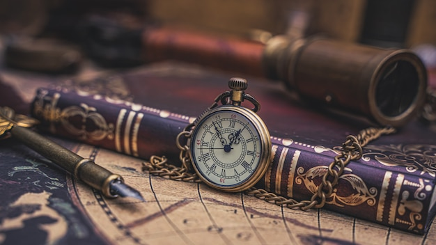 Colar de relógio vintage com livro de bolso
