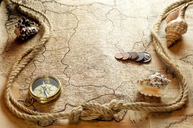 Colar de relógio vintage no mapa do mundo antigo
