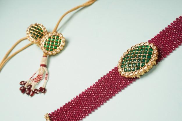 Colar kundan com diamantes vermelhos e verdes