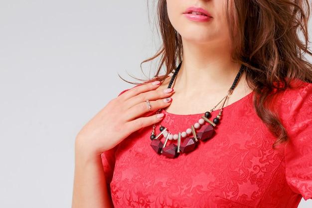 Colar original em jovem no vestido vermelho elegante