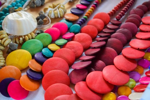 Colares coloridos à venda na feirinha de aracaju