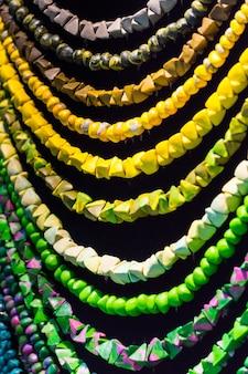 Colares de contas verdes na exposição de joias
