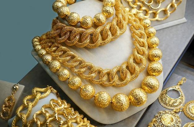 Colares e correntes de ouro na vitrine de joias