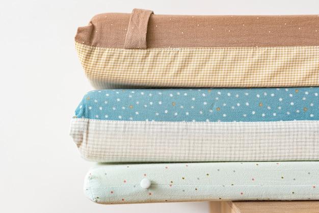 Colchão fofo e almofadas empilhadas em um quarto de bebê