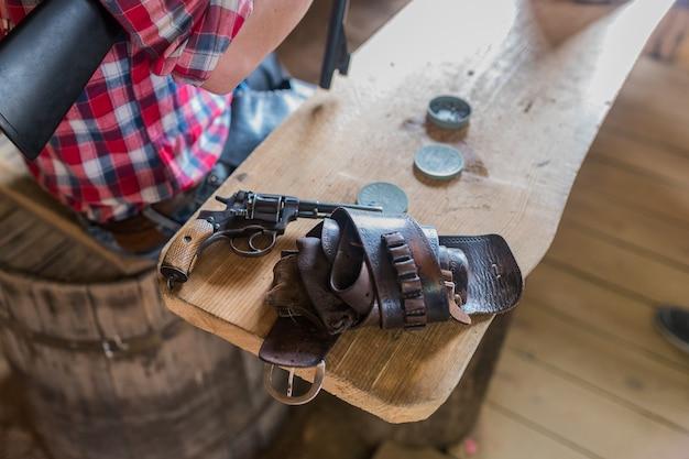 Coldre de revólver caubói na mesa Foto Premium