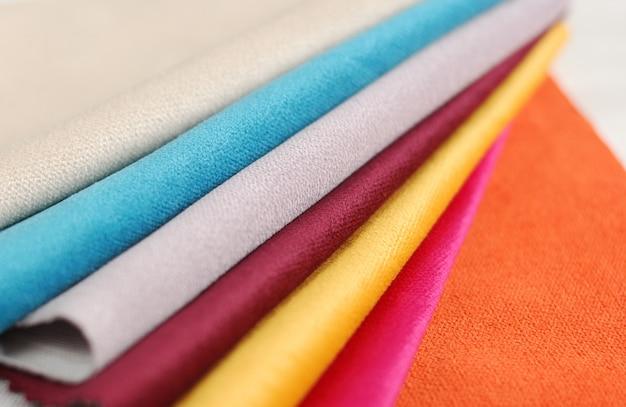 Coleção brilhante de amostras de matéria têxtil colorida da veludinha.