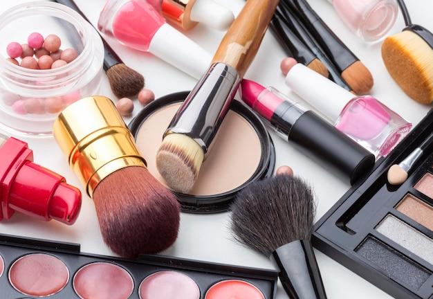 Coleção close-up de produtos de maquiagem e beleza