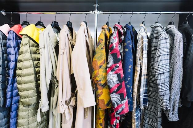 Coleção colorida de casaco feminino pendurado em um rack