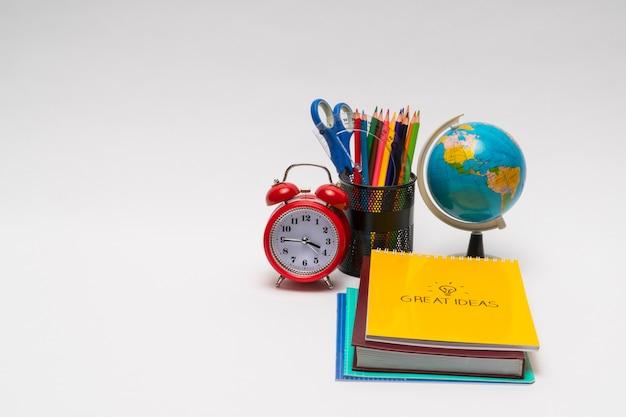 Coleção colorida de material escolar em fundo branco. de volta à escola. ótimas ideias