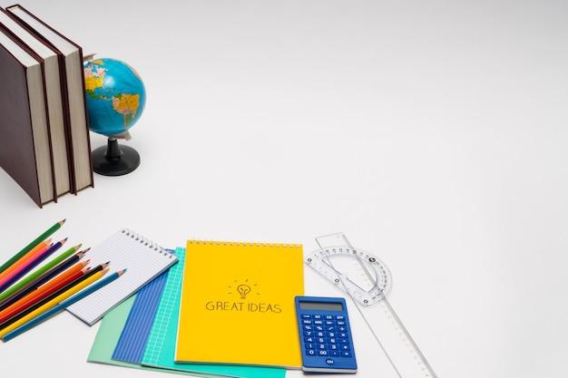 Coleção colorida de material escolar em fundo branco. de volta à escola. vista do topo