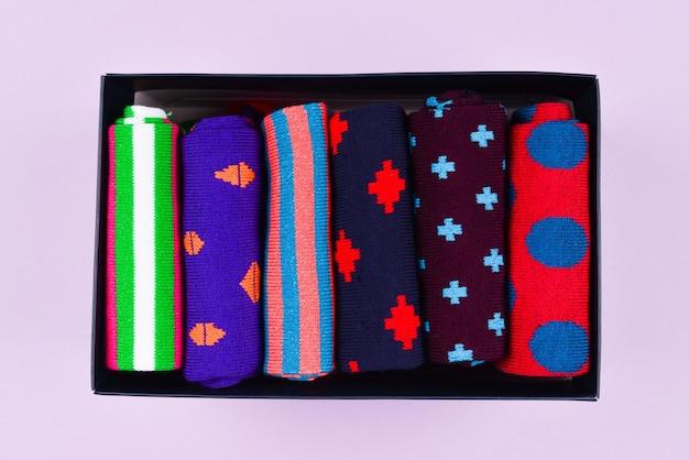 Coleção colorida de meias de algodão.