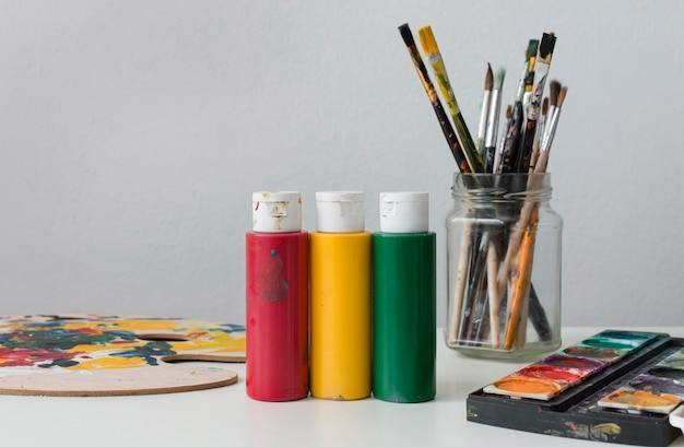 Coleção de adereços de artista na mesa
