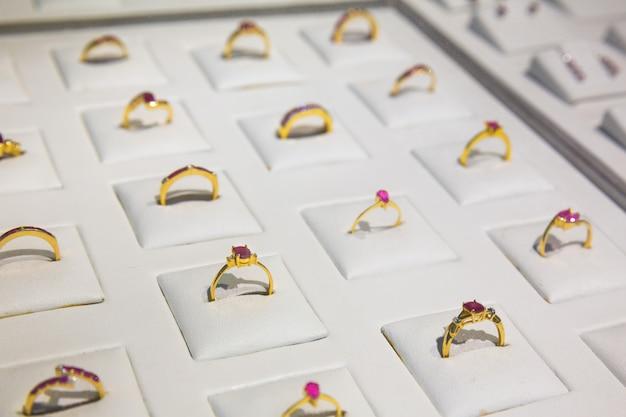 Coleção de anéis de ouro decorados com pedras preciosas, ceilão