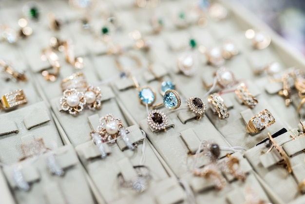 Coleção de anéis e brincos de ouro em close-up