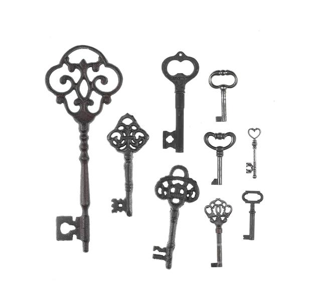 Coleção de antigas chaves enferrujadas isoladas no fundo branco