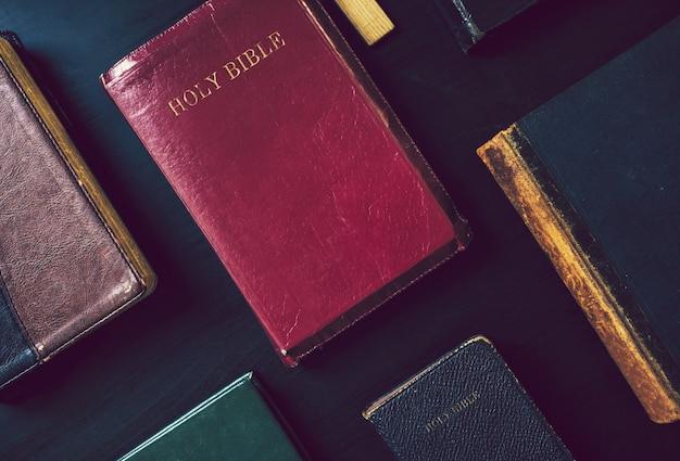 Coleção de bíblias em uma mesa