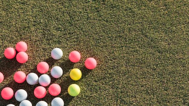Coleção de bolas de golfe vista superior com cópia-espaço