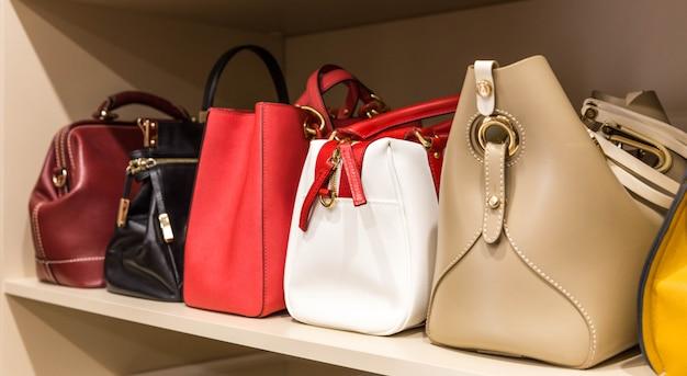 Coleção de bolsas no armário da mulher
