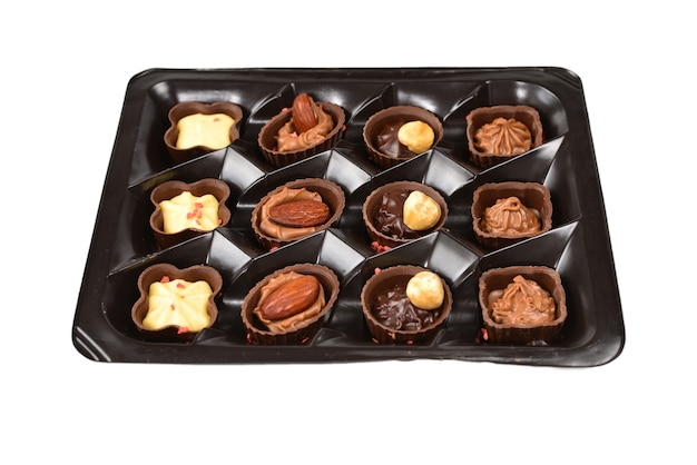 Coleção de bombons de chocolate em caixa de plástico.