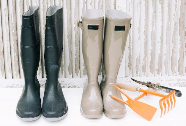 Coleção de botas e ferramentas de jardinagem