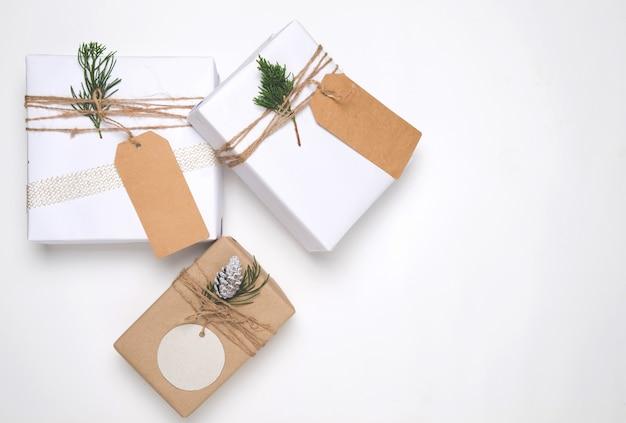 Coleção de caixas de presente de presente de natal com etiqueta para o modelo de design de modelo. vista de cima. layout plano criativo e composição de vista superior com design de espaço de cópia e borda.