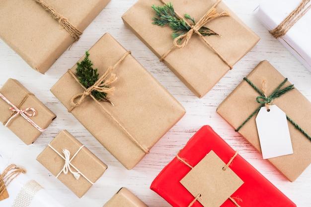 Coleção de caixas de presente presente rústica de natal com tag para feliz natal