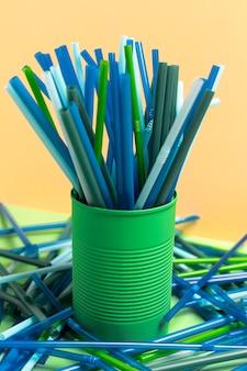 Coleção de canudos plásticos coloridos em lata