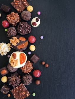 Coleção de chocolates finos em chocolate branco, amargo e ao leite
