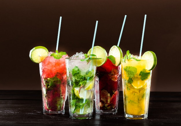 Coleção de cocktails tropicais coloridos