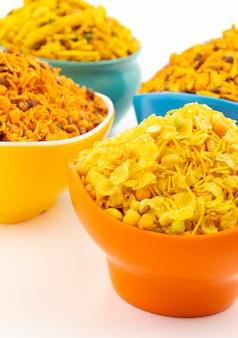Coleção de comida tradicional indiana namkeen em branco
