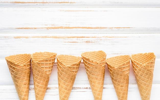 Coleção de cones de sorvete plana leigos.