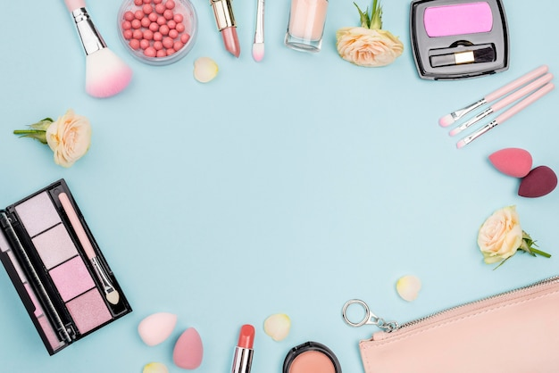 Coleção de cosméticos diferentes, com espaço de cópia no fundo azul
