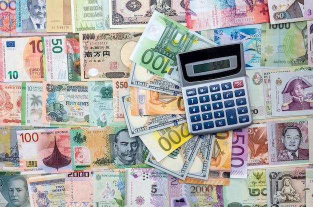 Coleção de dinheiro mundial com calculadora